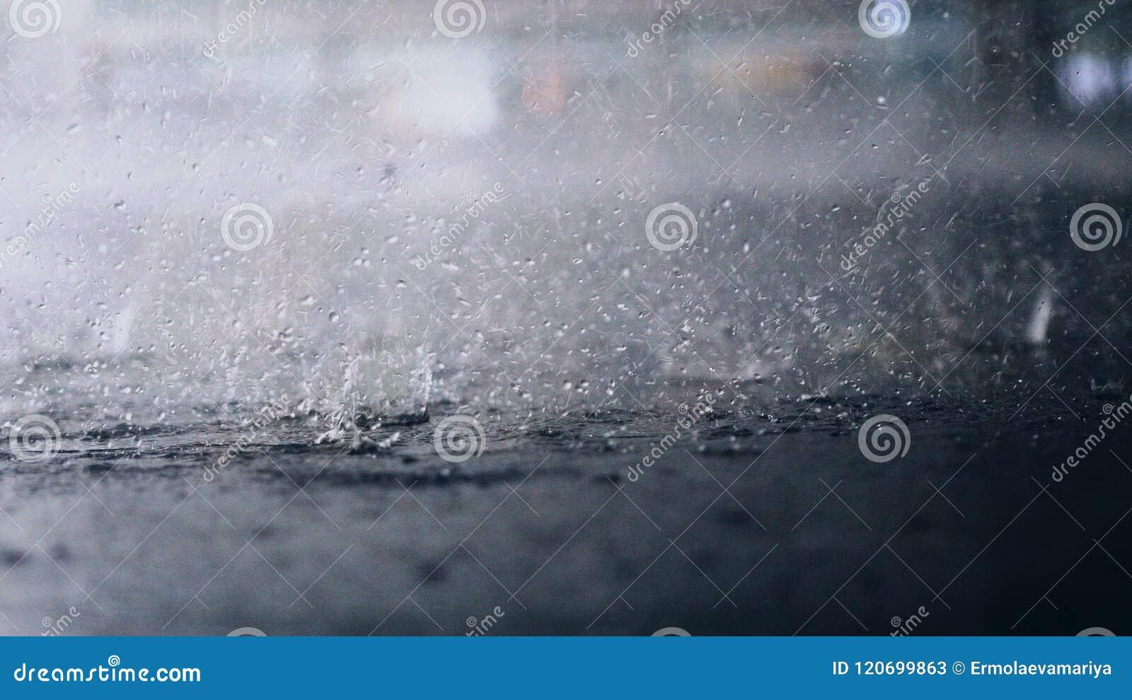 Het regent buiten De onderbreking van regendalingen in een vulklei