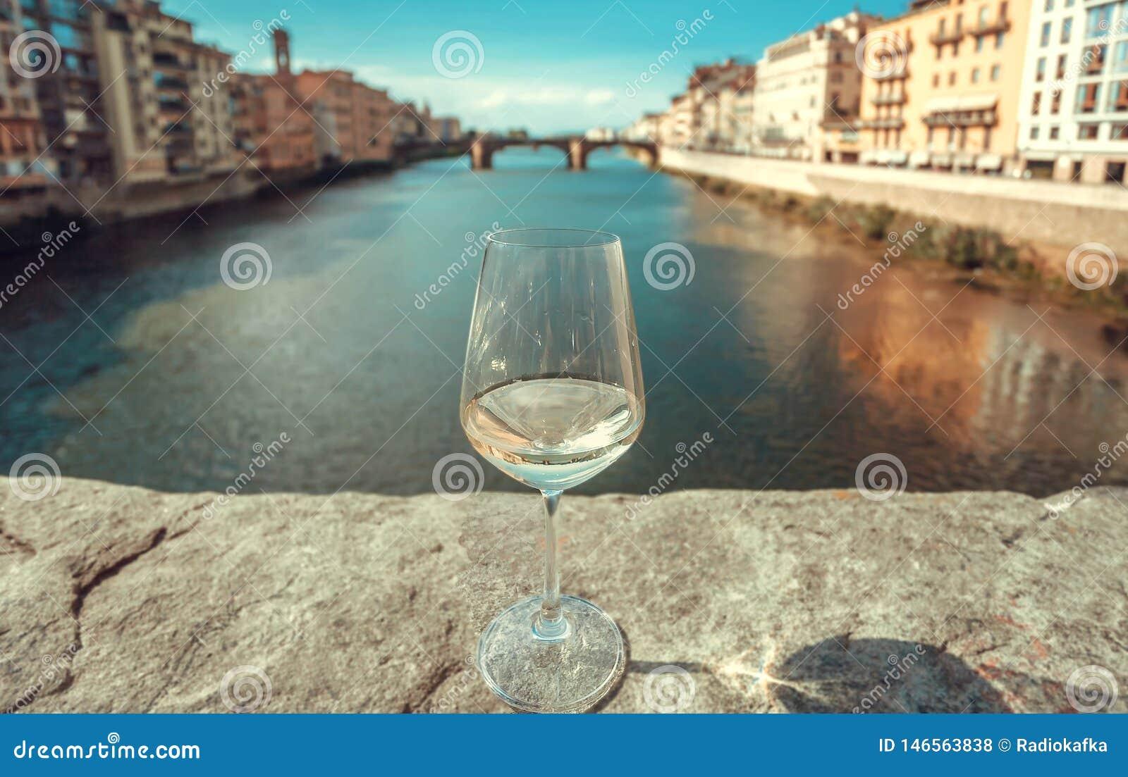 Het reizen rond Italië met wijnglas Oude gebouwen van Florence met rivier en cityscape in Italië