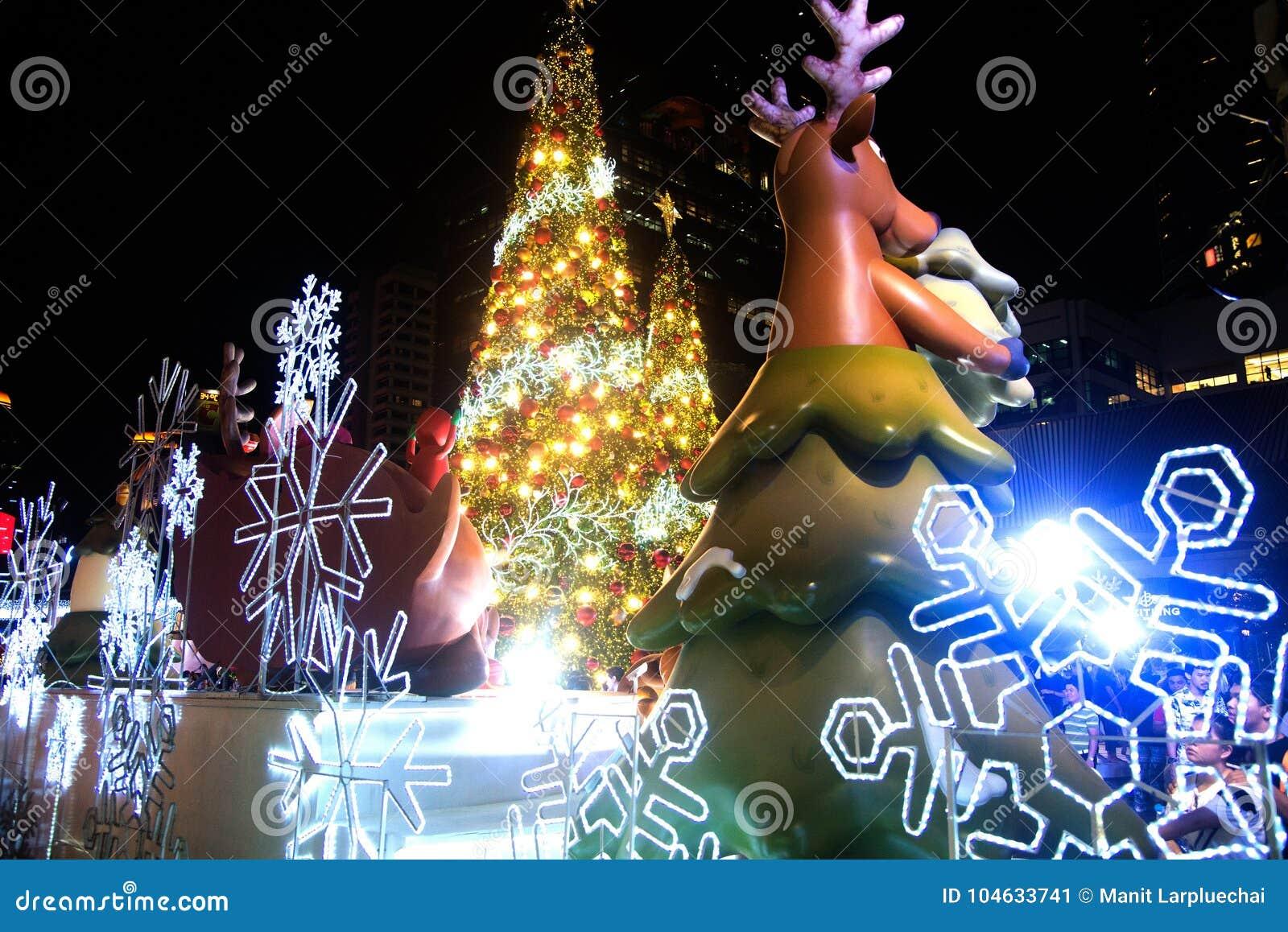 Download Het Rendierstandbeeld En Het Licht Van Kleurrijk Verfraaien Mooi Op Kerstboomviering Redactionele Foto - Afbeelding bestaande uit cityscape, redactie: 104633741