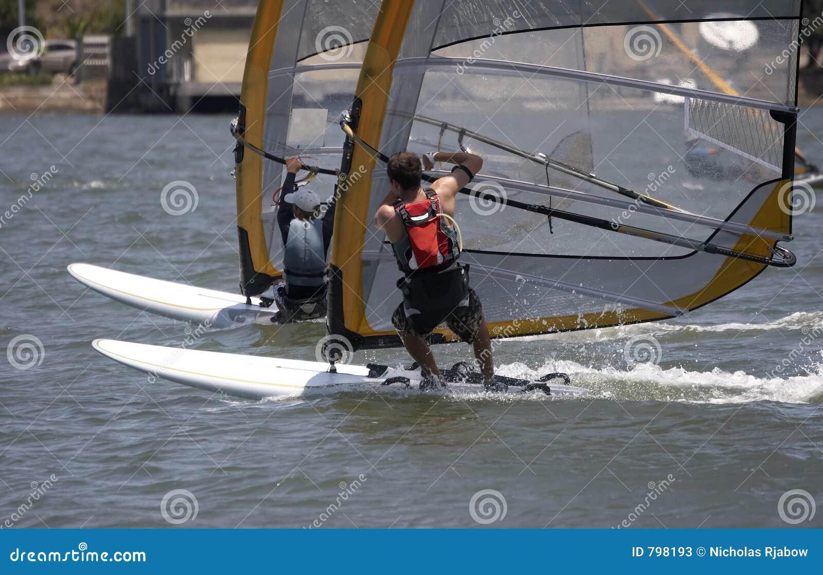 Het rennen Sailboarders