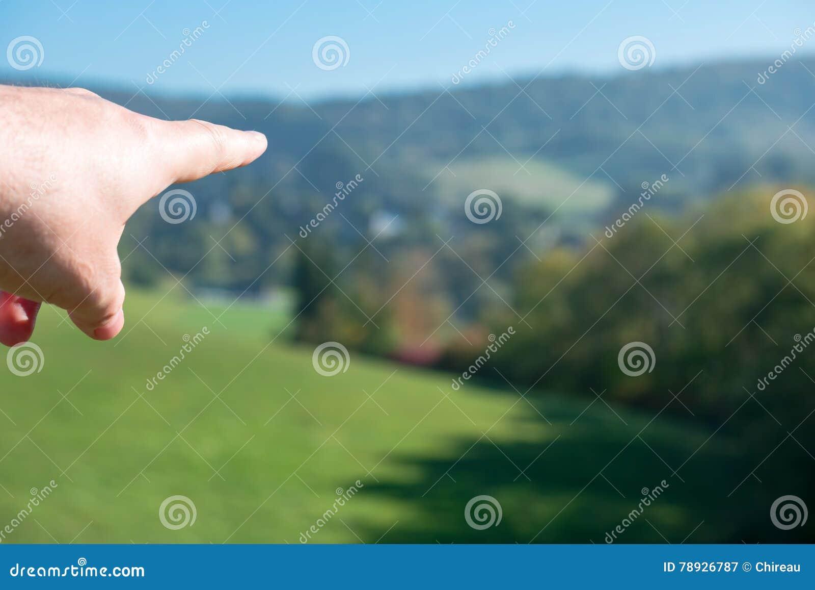 Het richten van hand die richting tonen en het geven van richtlijn aan een doel