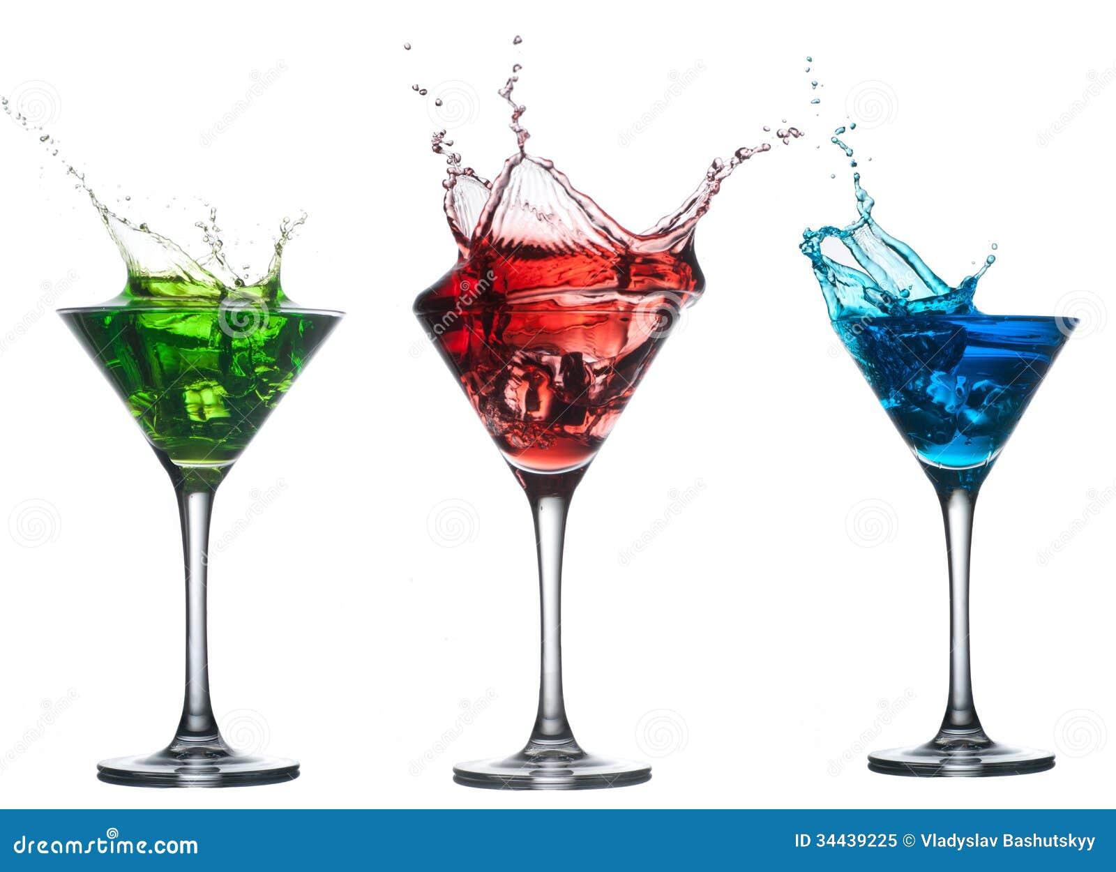 Het rode cocktail bespatten in glas op wit