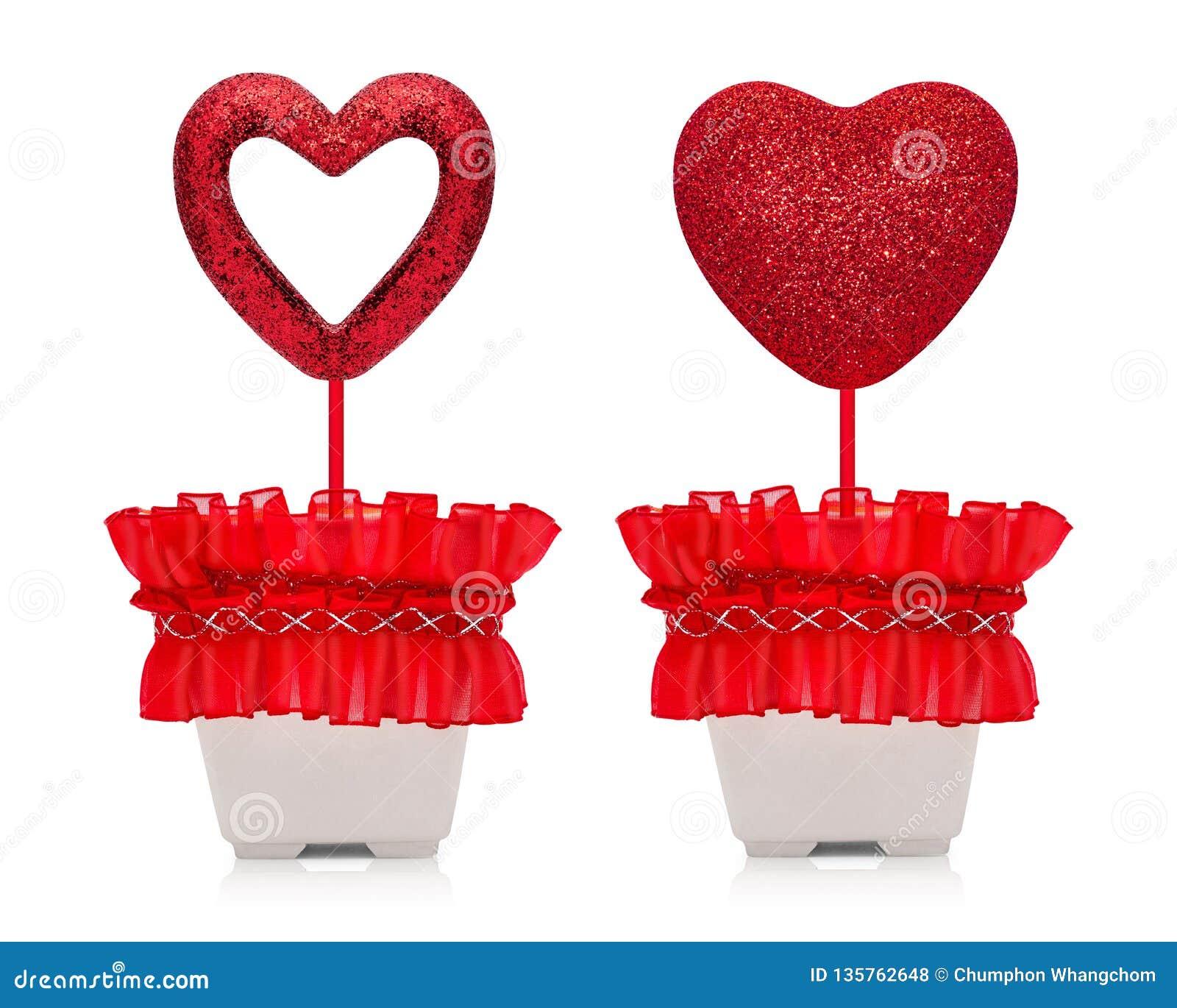 Het rode die hart met schittert textuur in potten op witte achtergrond wordt geïsoleerd valentijnskaartengift