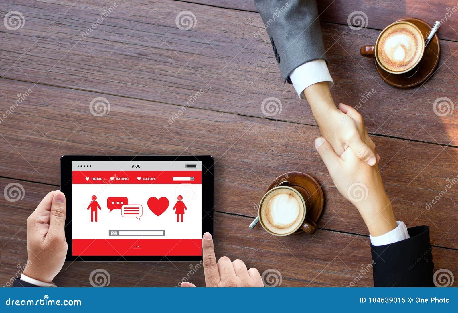 Download Het Rode Hart Online Dateren Vindt Liefde Daterend Paar Die Happines Dateren Stock Afbeelding - Afbeelding bestaande uit apparaat, vertoning: 104639015