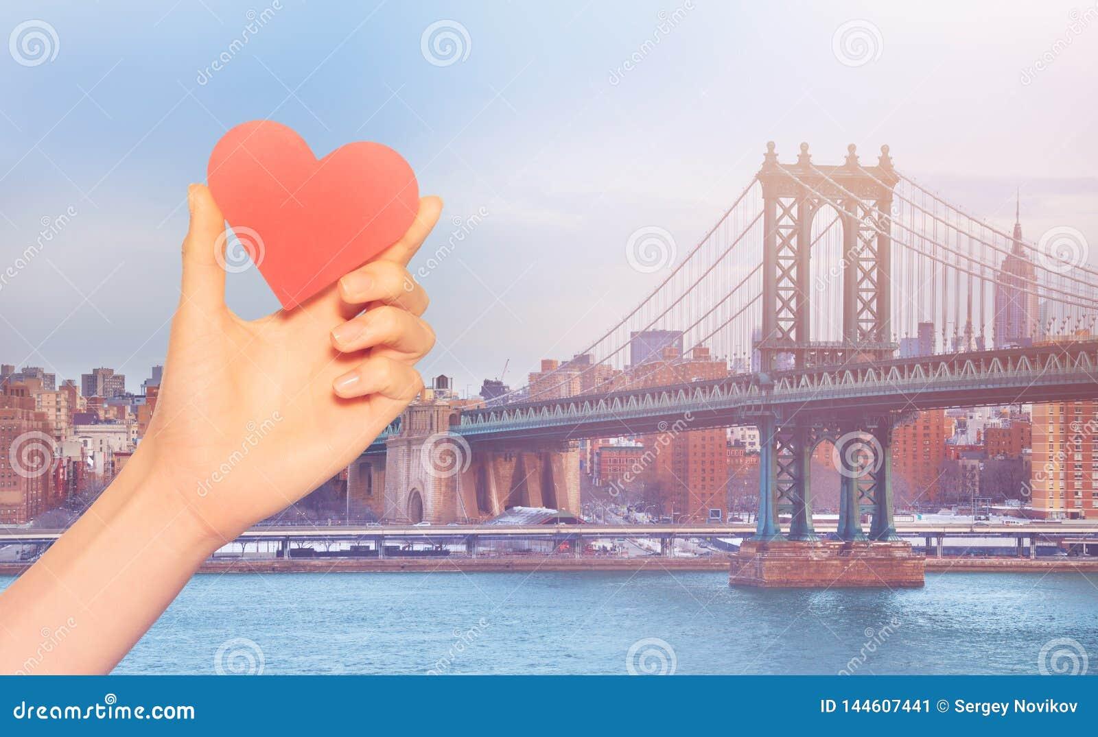 Het rode hart van de handgreep over de Brug New York van Brooklyn