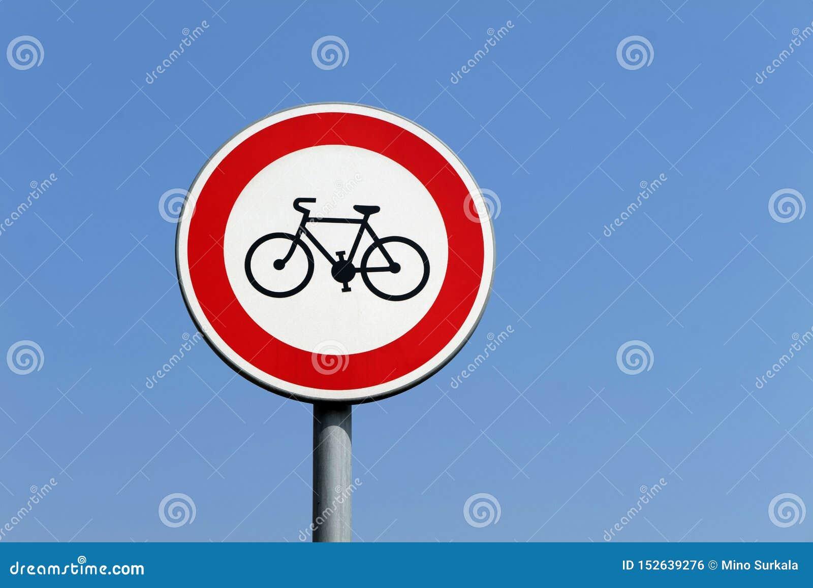 Het rode ronde teken die de ingang van fietsers belemmeren