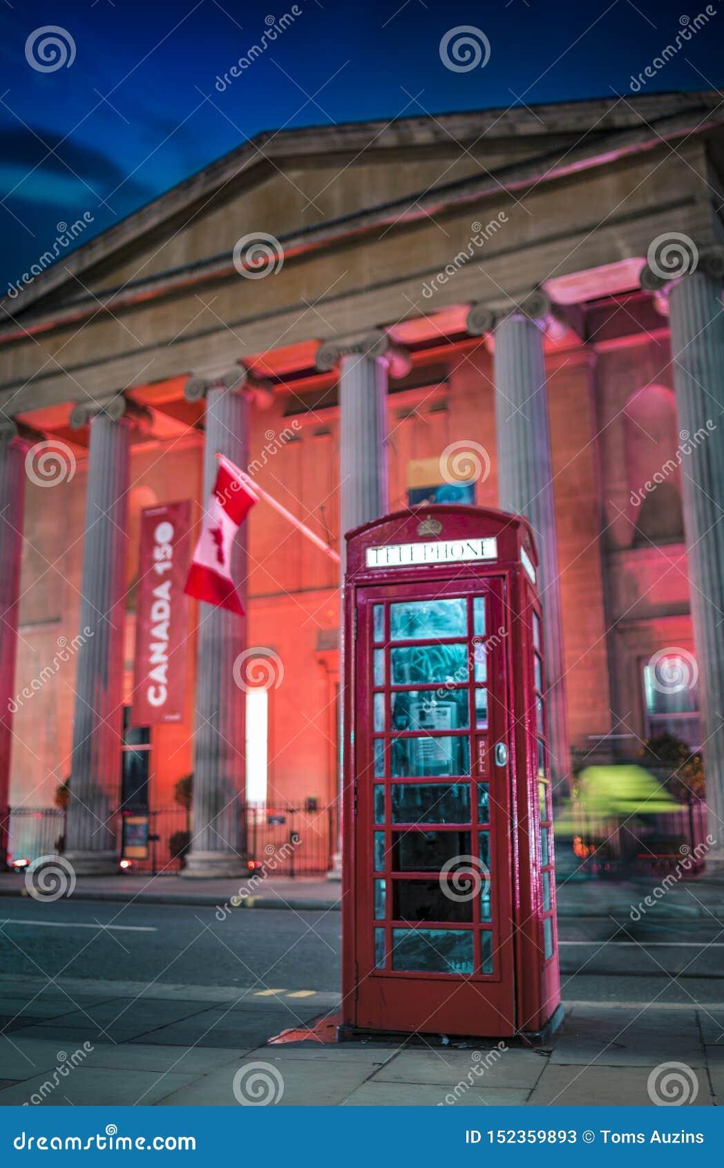 Het rode telefooncel en Huis van Canada bij nacht