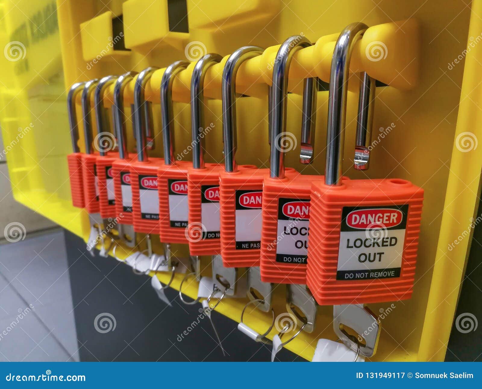 Het rode zeer belangrijke slot en de markering voor proces snijden elektro, de knevel t af