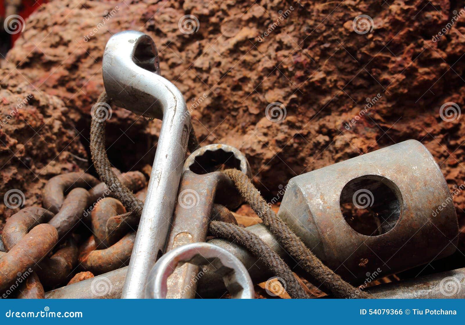 Het roestige hulpmiddel bepaalt in de rots, stilleven