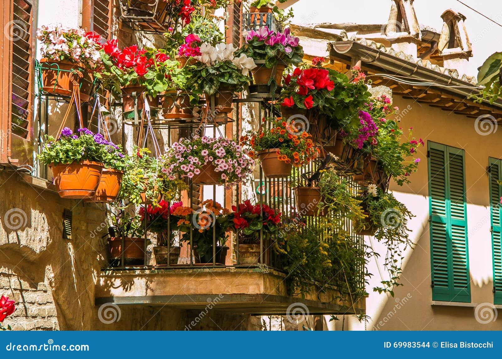 Tuinieren Op Balkon : Het romantische balkon bloemrijke tuinieren spello stock foto