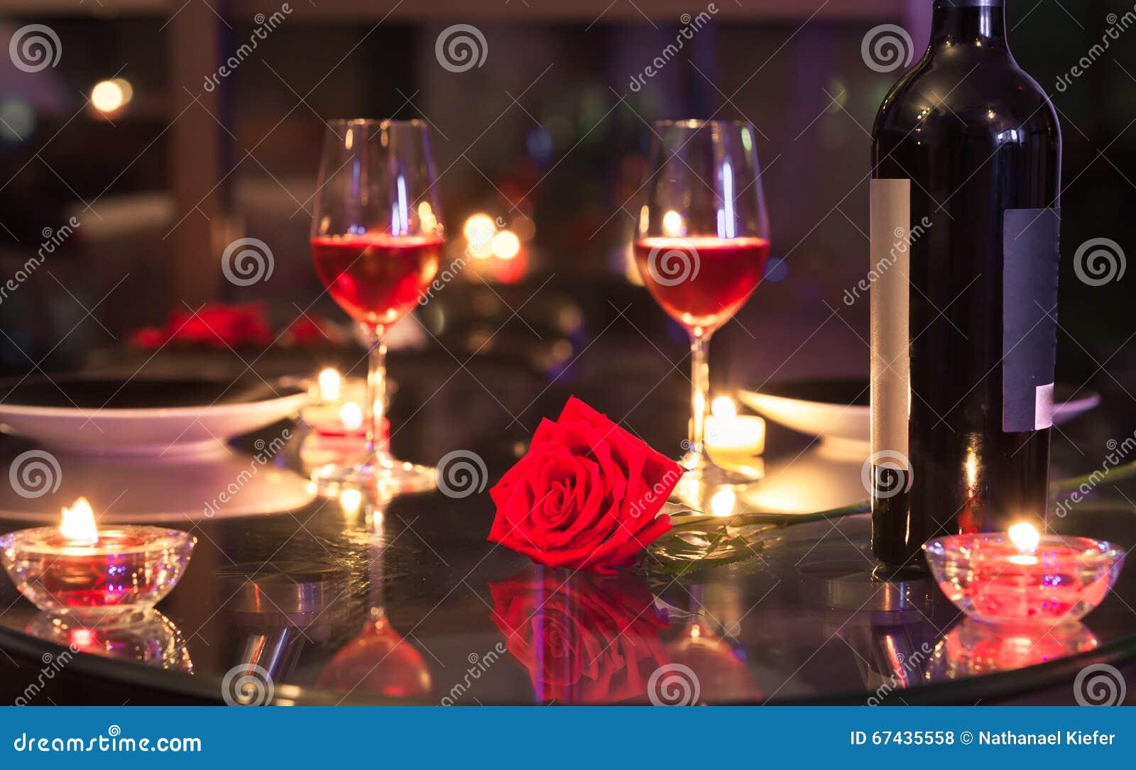 Het romantische diner plaatsen