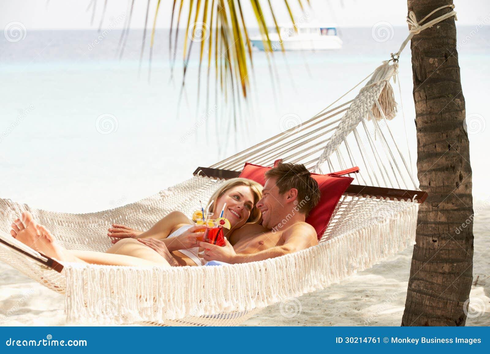 Het romantische Paar Ontspannen in Strandhangmat