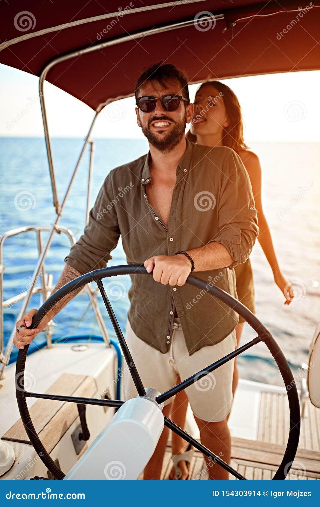 Het romantische paar op de luxeboot geniet van bij de zomerdag