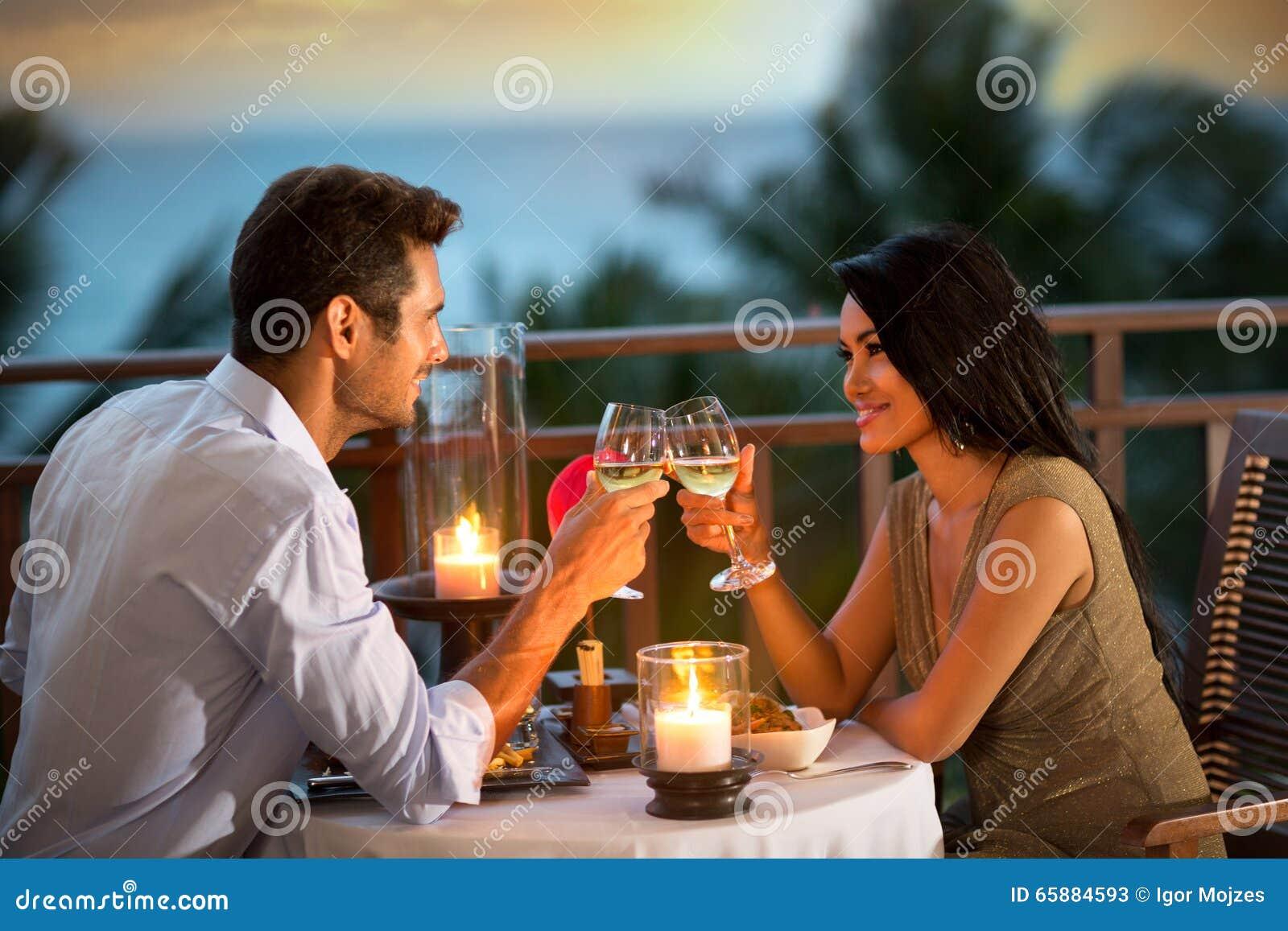 Het romantische paar roosteren tijdens diner