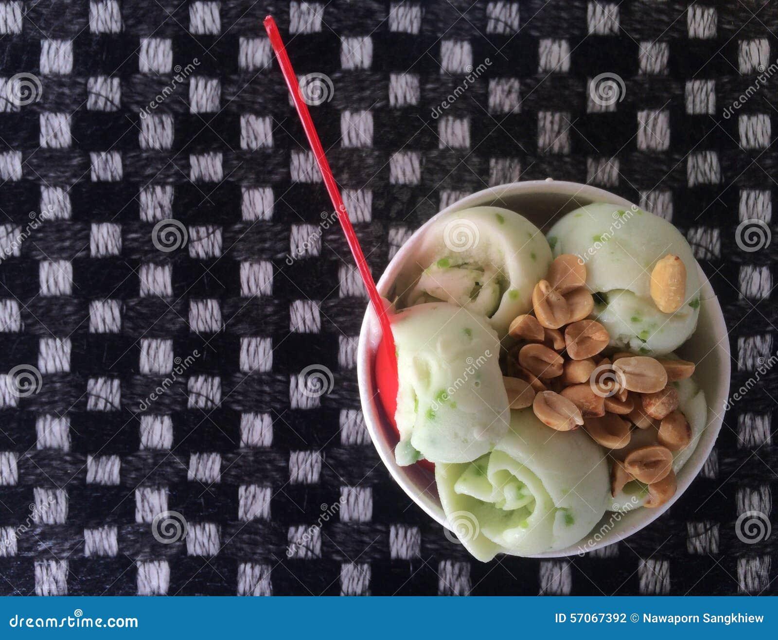 Het roomijskegels van de aardbei, van de chocolade, van de vanille en van de pistache over witte achtergrond