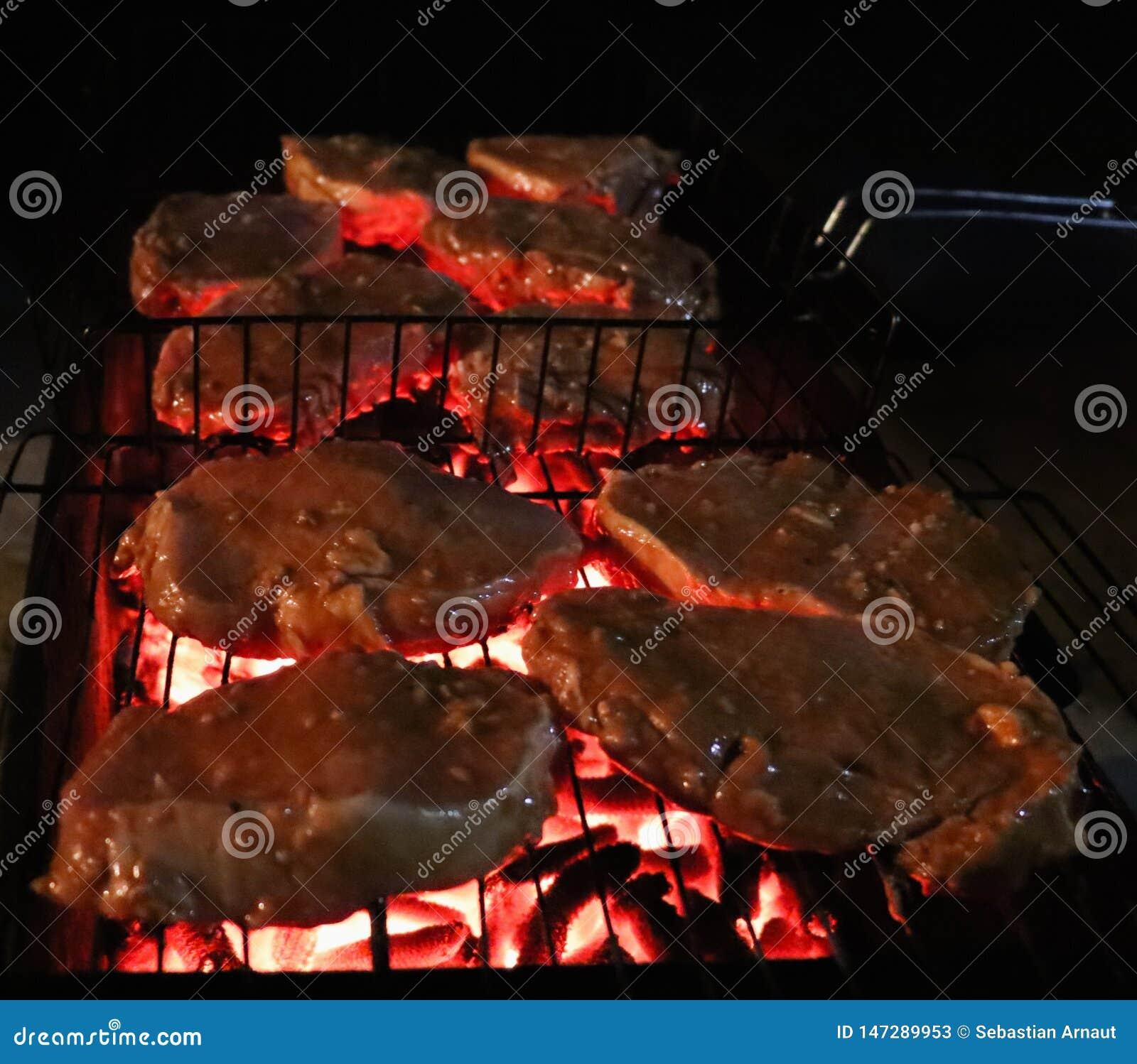 Het roosteren van lapjes vlees bij de vlammende grill