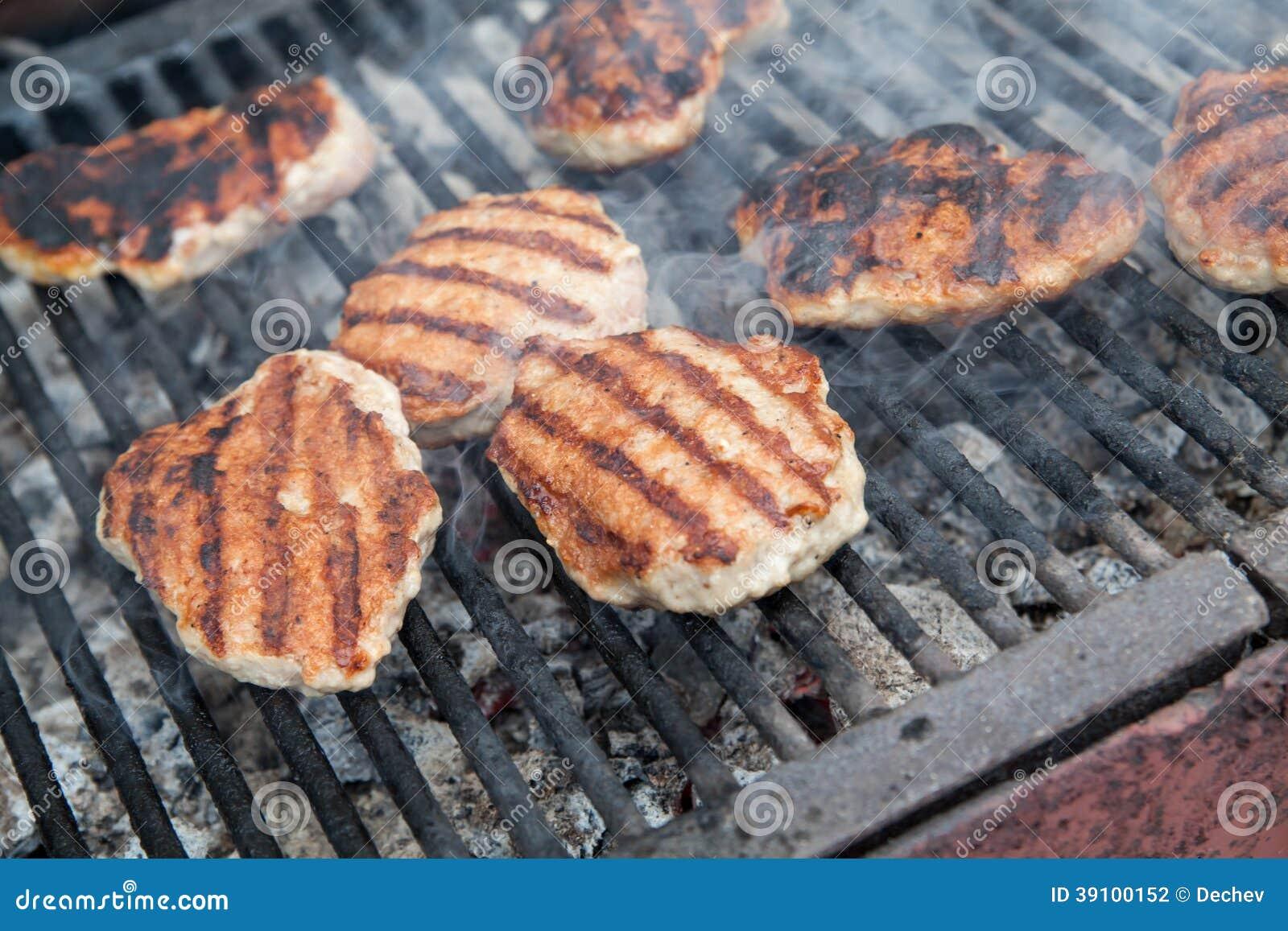 Het roosteren van vleesballen op barbecue