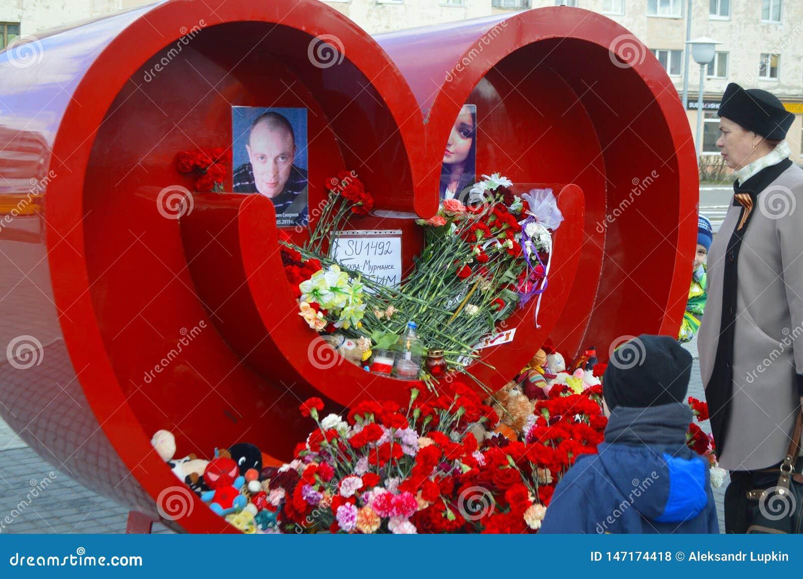 Het rouwen voor hen die in Sheremetyevo Luchtlijnen Moermansk stierven Mei Rusland Kandalaksha