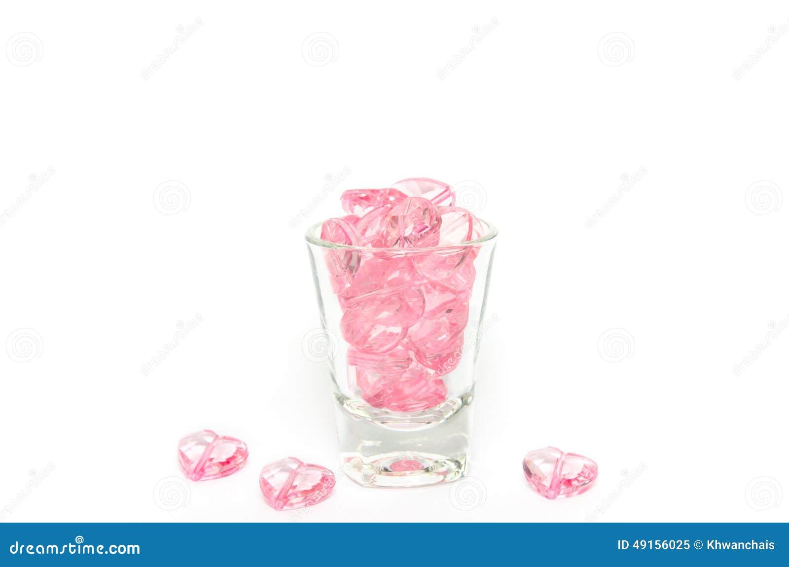 Het roze glas van kristalharten op witte achtergrond