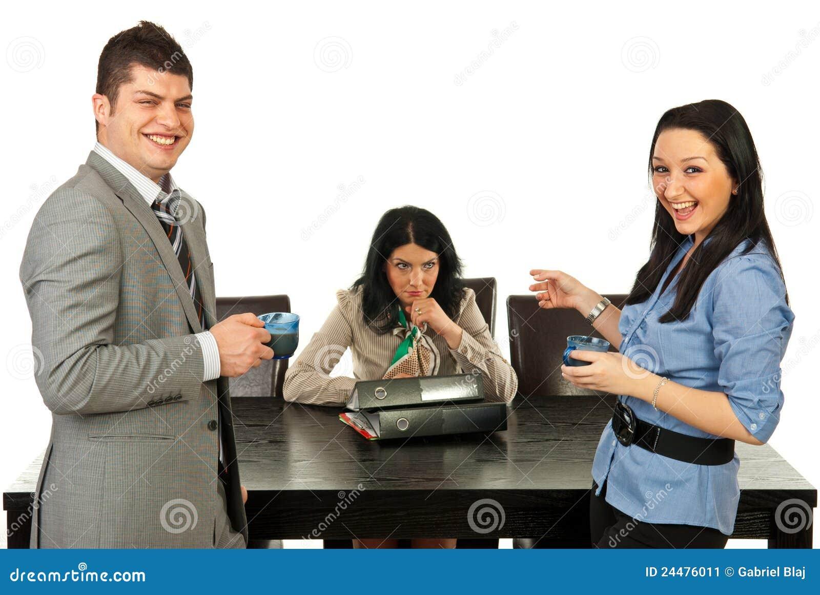 Het ruwe mensen lachen uit luid van hun collega
