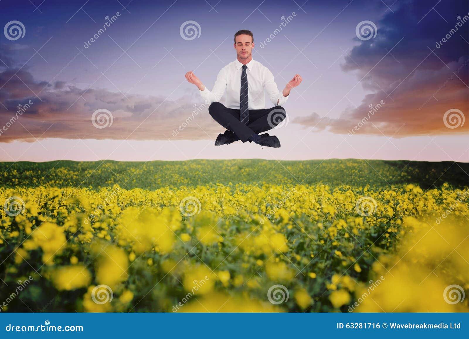 Het samengestelde beeld die van zakenman in lotusbloem mediteren stelt