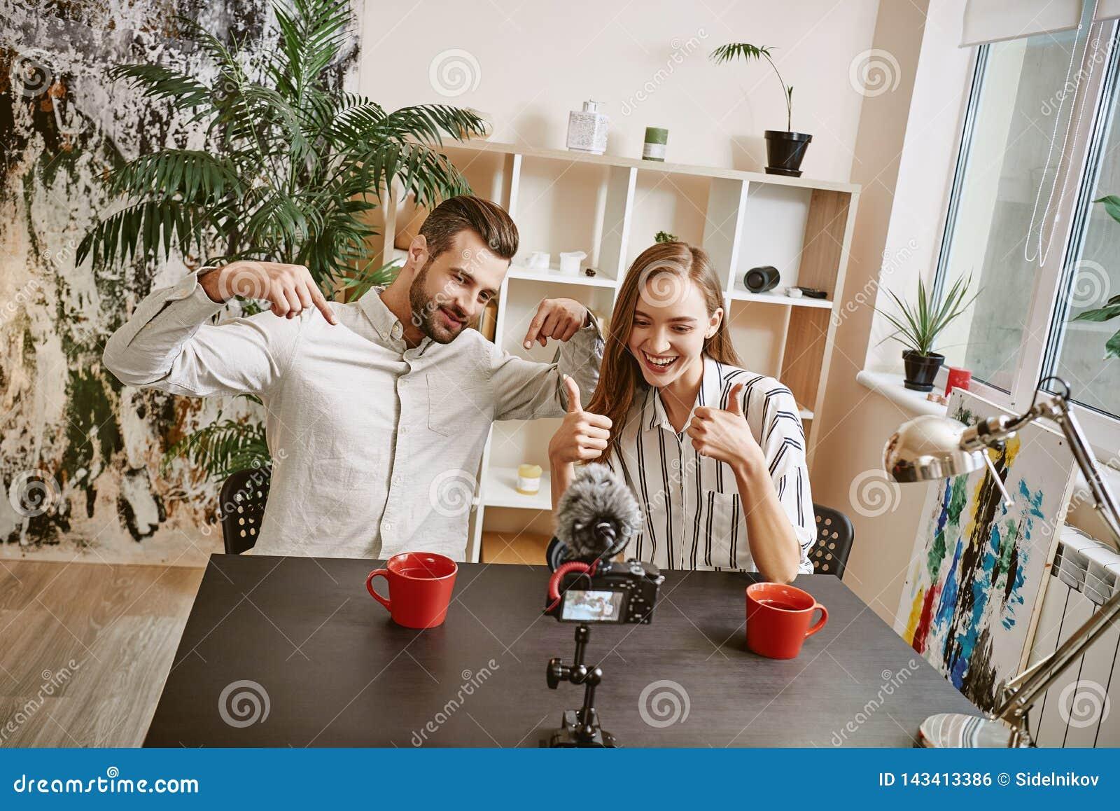 Het samenwerken Positieve mannelijke en vrouwelijke bloggers maken nieuwe videoinhoud voor hun populaire blog