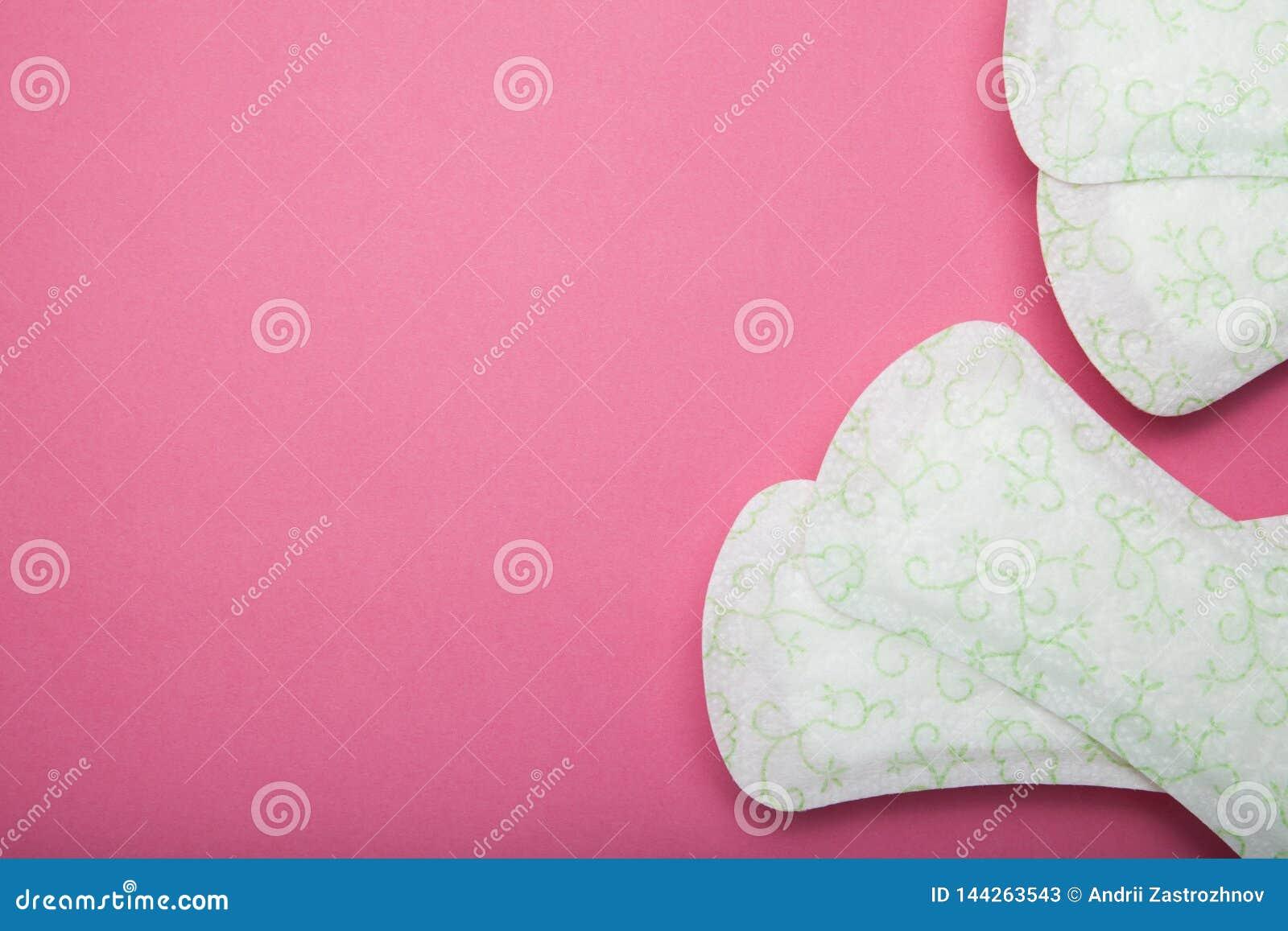 Het sanitaire stootkussen van vrouwen op roze achtergrond Lege exemplaarruimte voor tekst