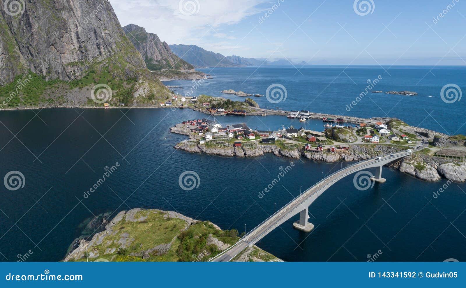 Het satellietbeeld op lofoten Mooi de zomerlandschap in Noorwegen Traditionele rode huizen