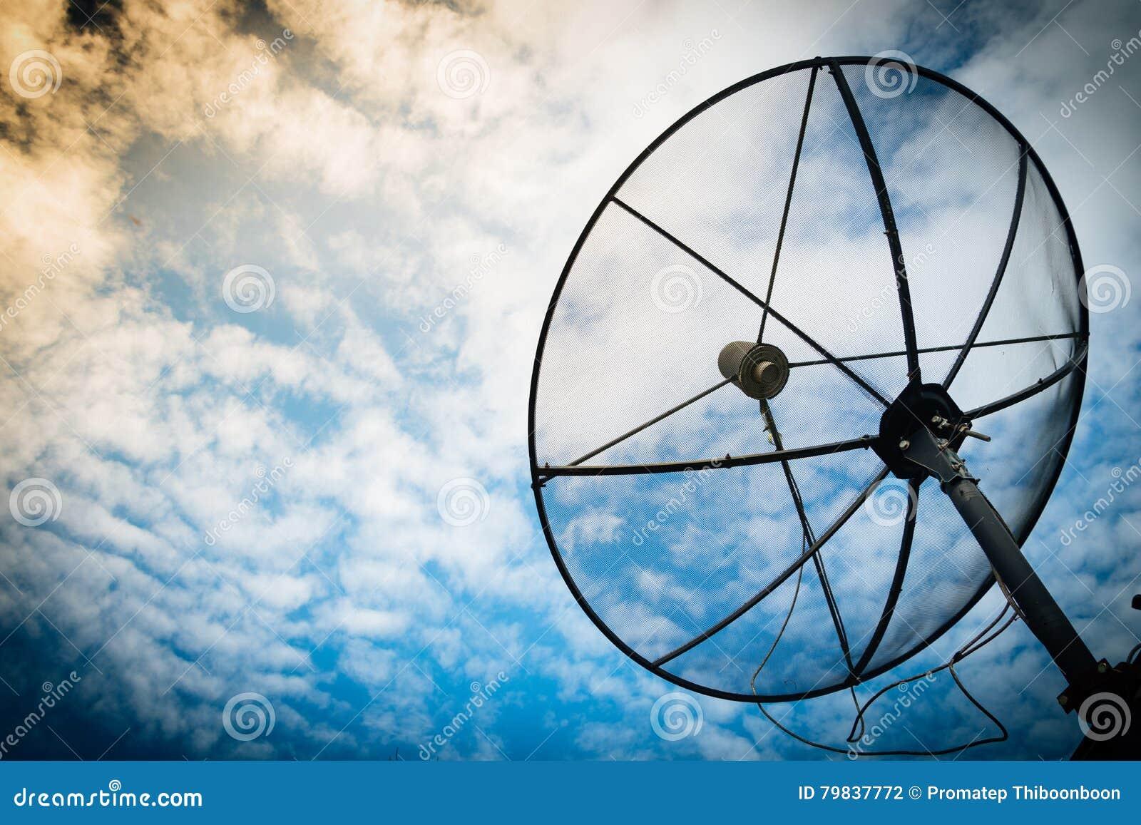 Het satellietnetwerk van de schotelscommunicatietechnologie met zon en w