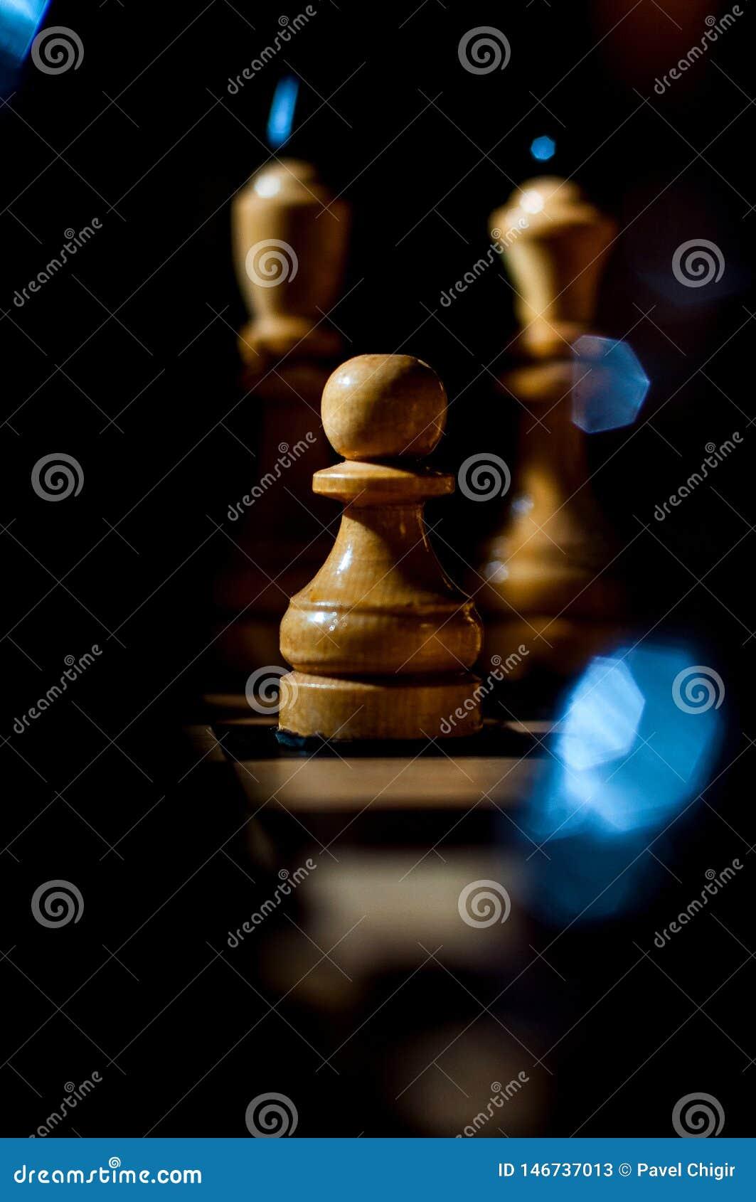 Het schaak is een spel van de logicaraad met speciale stukken die op een 64 celraad voor twee tegenstanders, elementen van kunst,