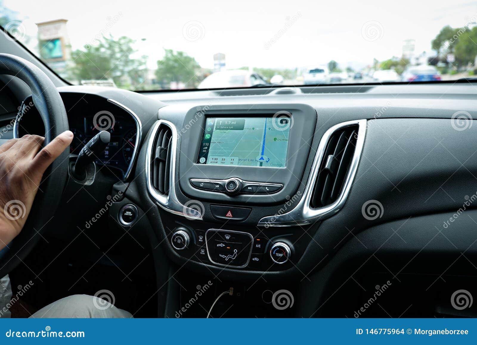Het scherm van Apple CarPlay in modern autodashboard die Google Maps tonen