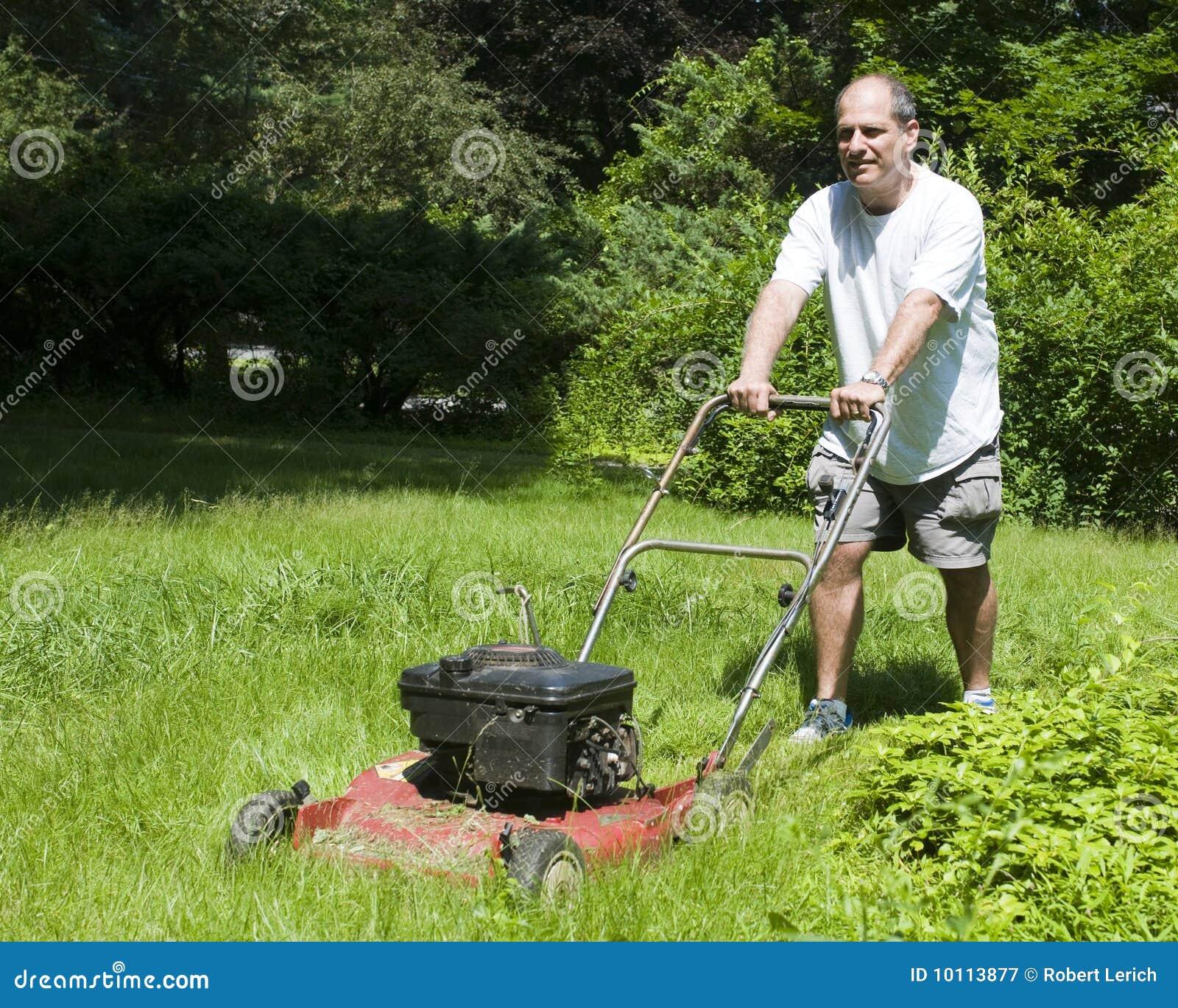 Het scherpe gras van de mens bij huis in de voorsteden