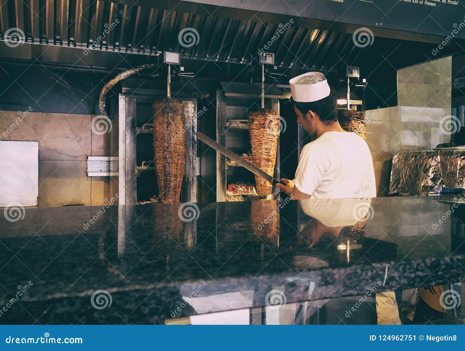 Het scherpe vlees van de kebabchef-kok