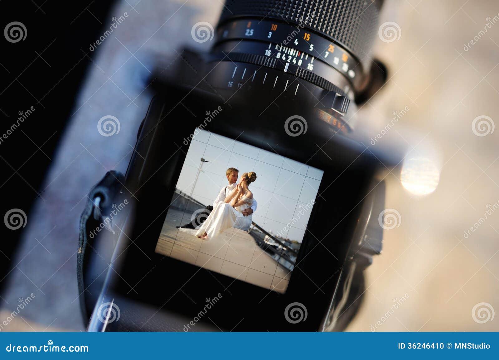 Het schieten van een huwelijk met een oldschoolcamera