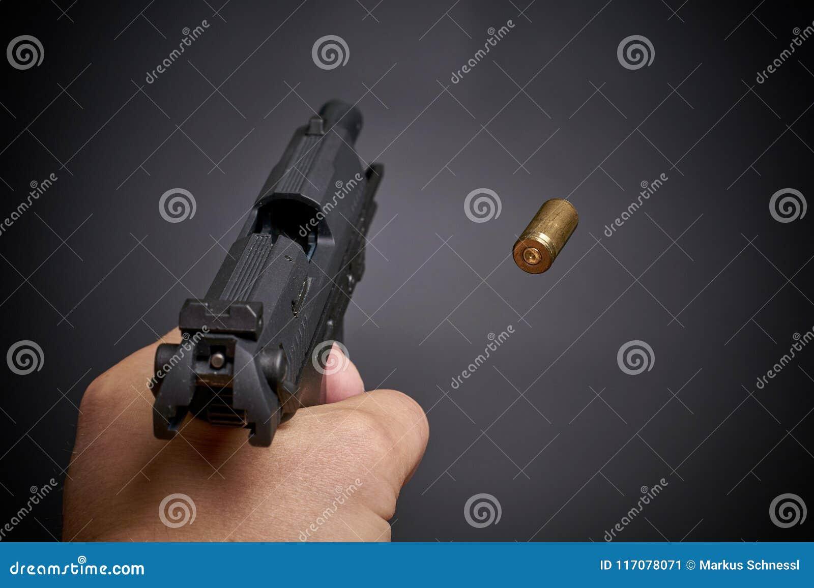Het schieten van het pistool