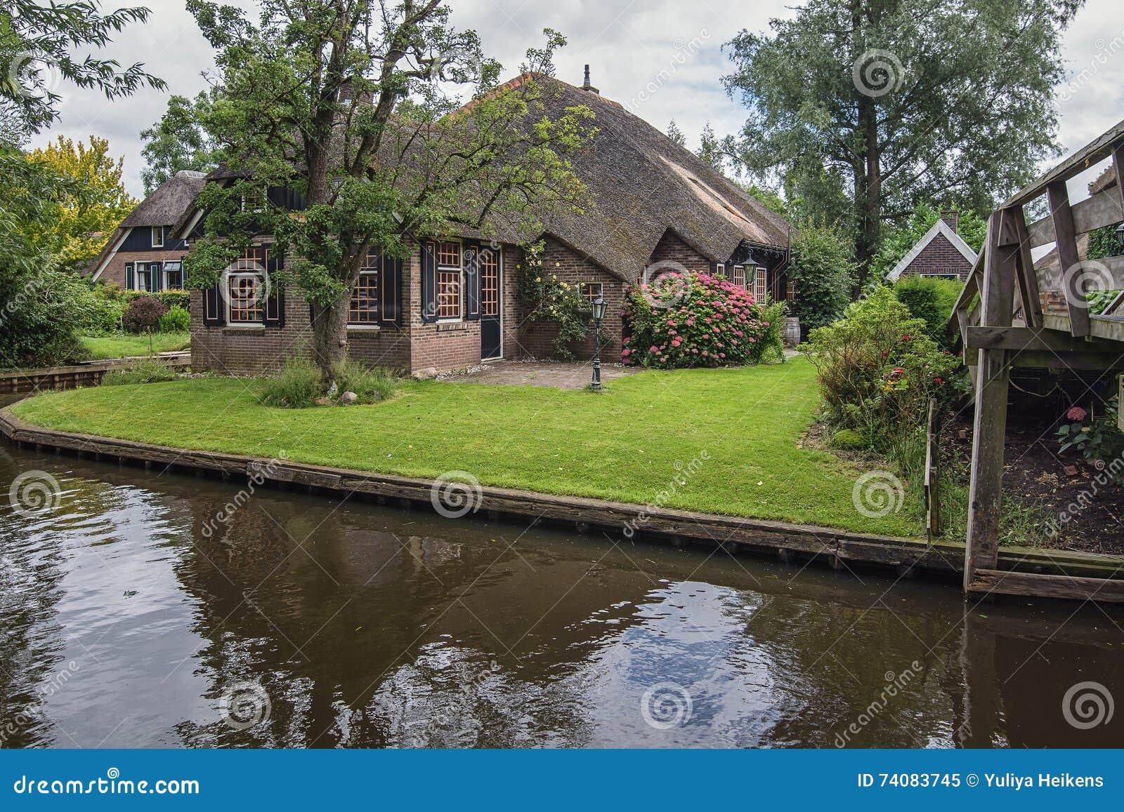 Het schilderachtige huis in een klein dorp redactionele afbeelding afbeelding 74083745 - Foto huis in l ...