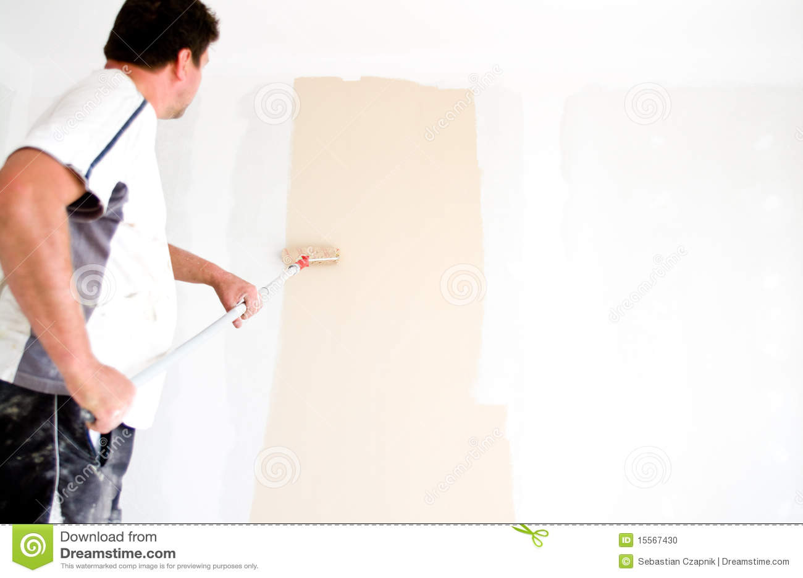 Het schilderen van de schilder muur thuis