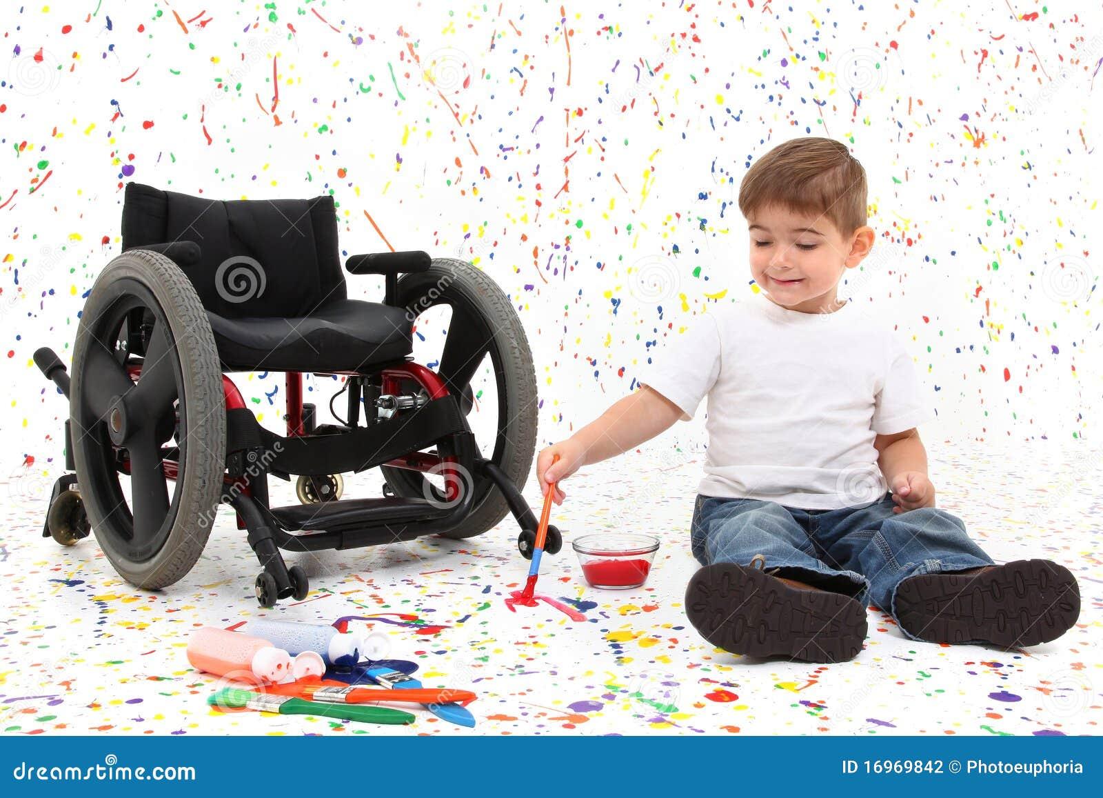 Het schilderen van het kind van de jongen rolstoel stock foto