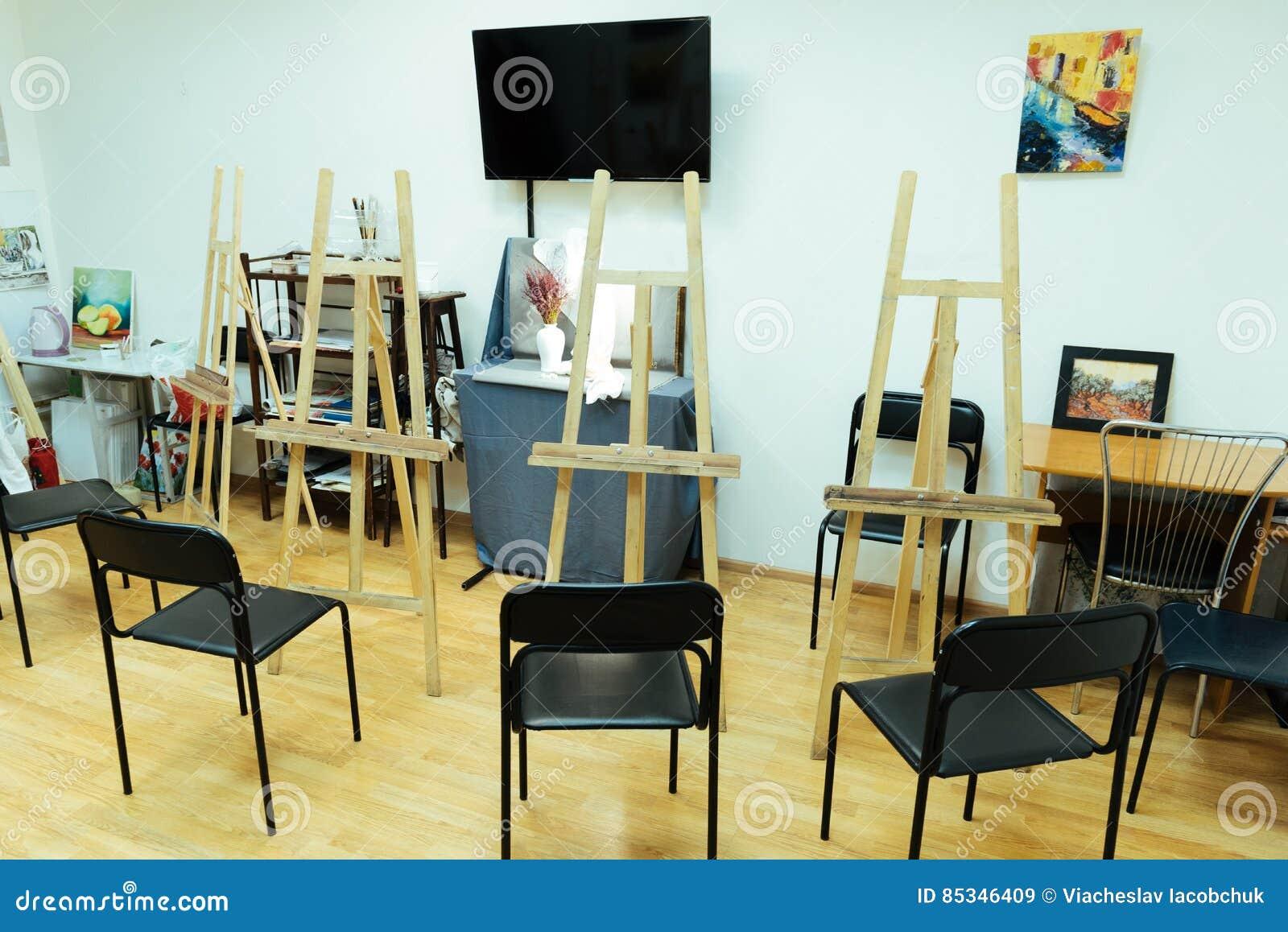 Het schilderen van studio met schildersezels die zich daarin bevinden
