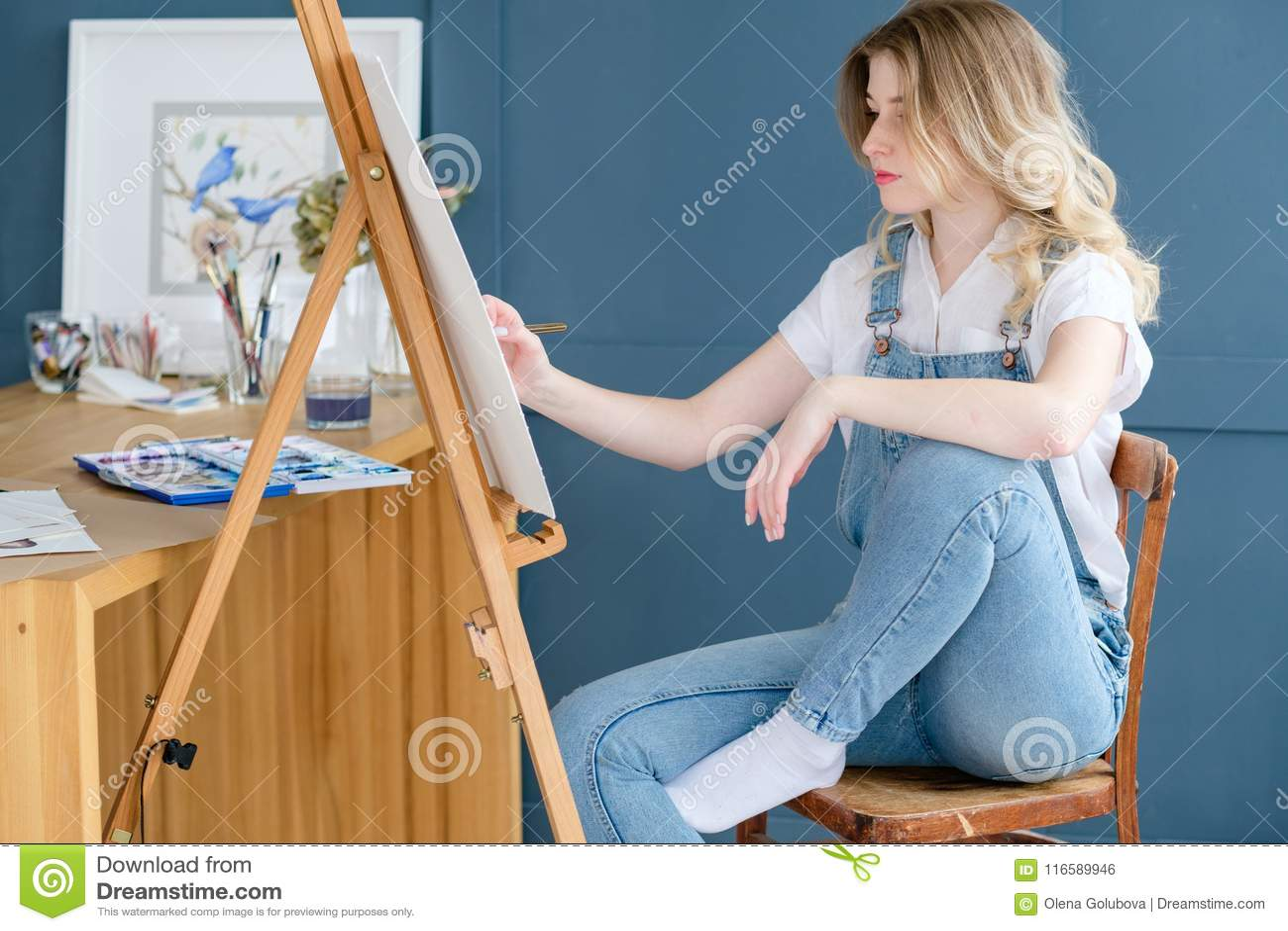 Het schilderende het talentenmeisje van de hobby listige persoonlijkheid trekt