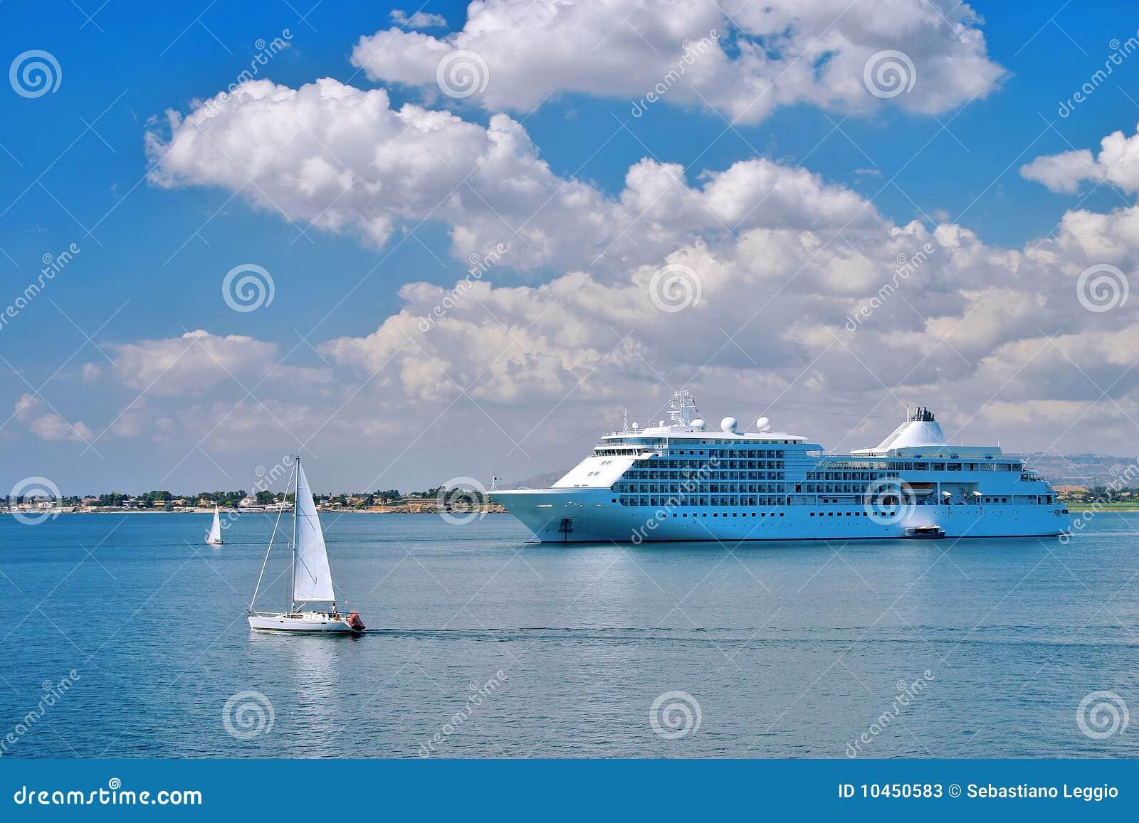 Het schip van de cruise in een baai