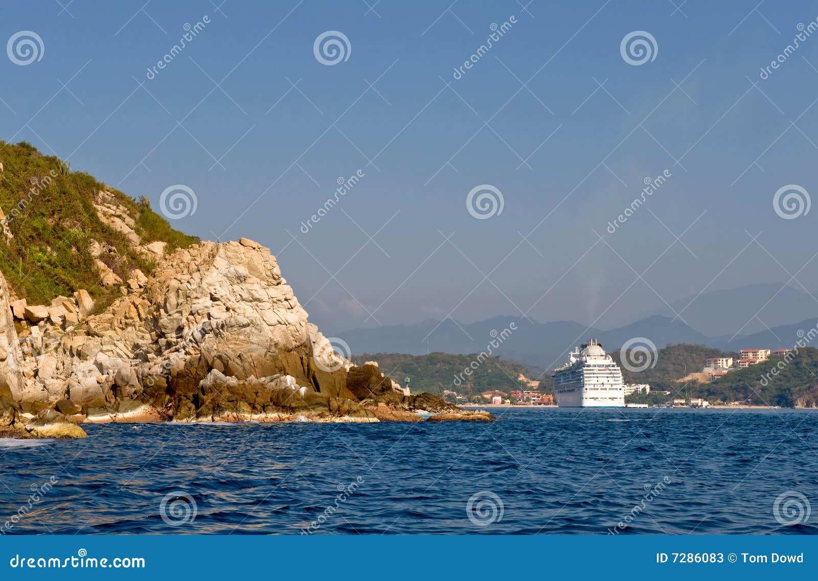 Het schip van de cruise op kust Huatulco