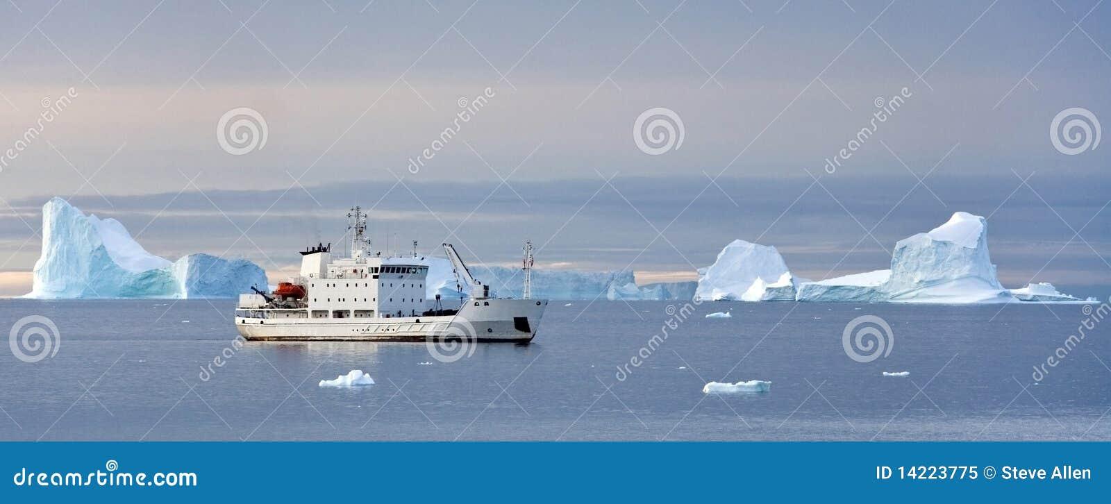 Het schip van de toerist in het hoge Noordpoolgebied