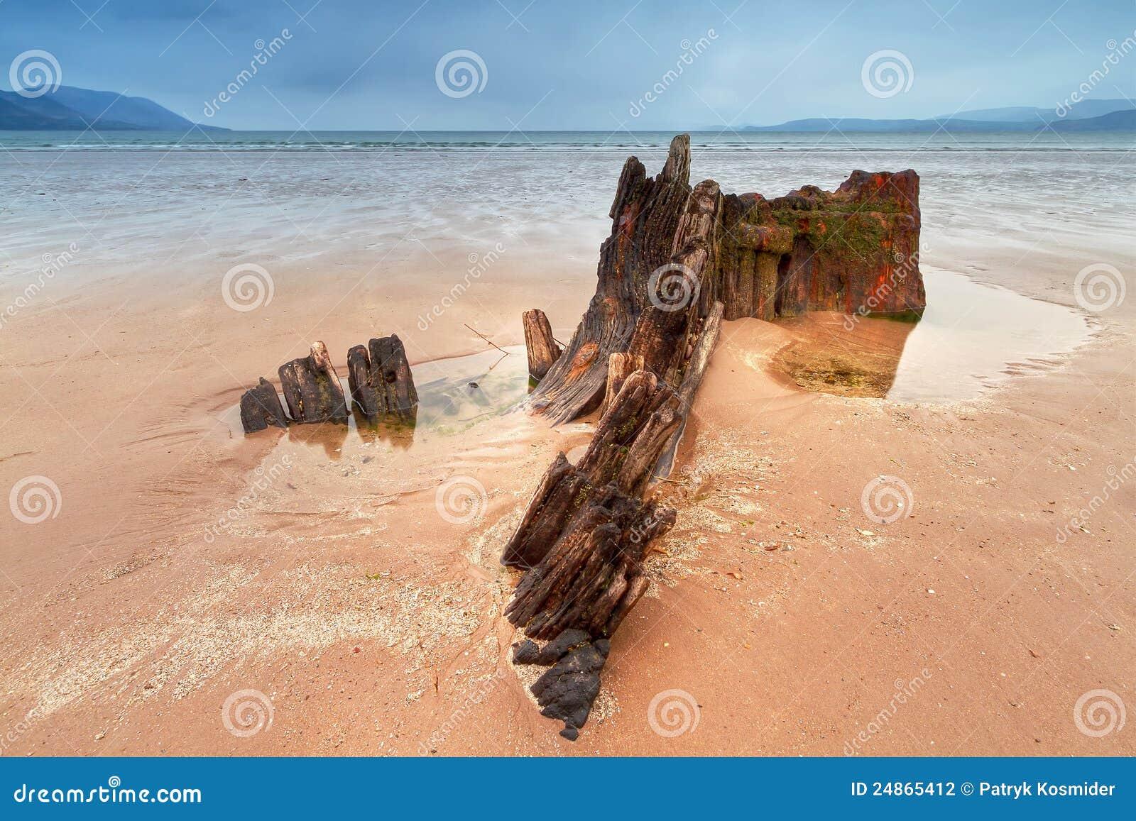 Het schipwrak van de zonnestraal op Iers strand