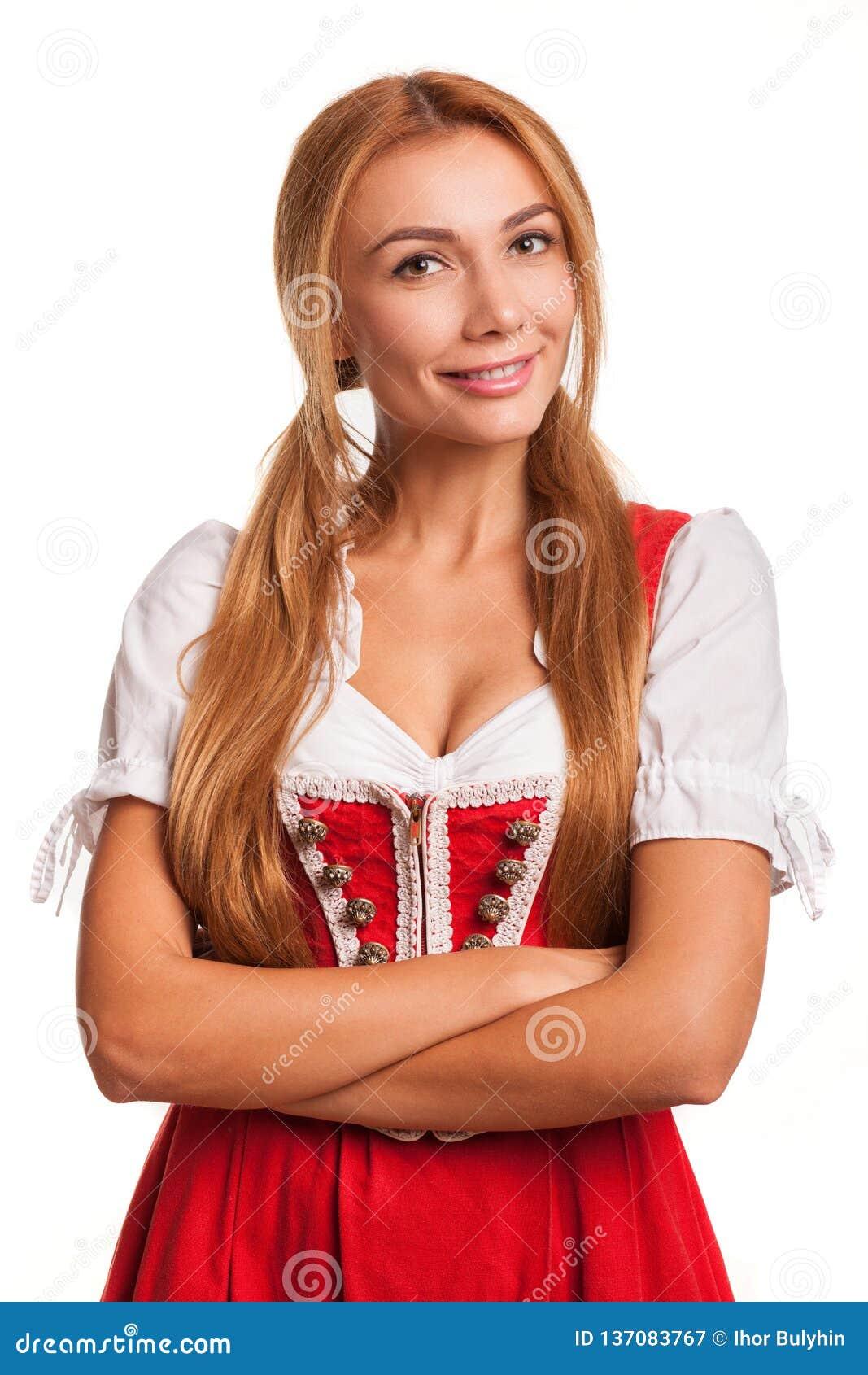 Het schitterende sexy rode haired Beierse vrouw glimlachen