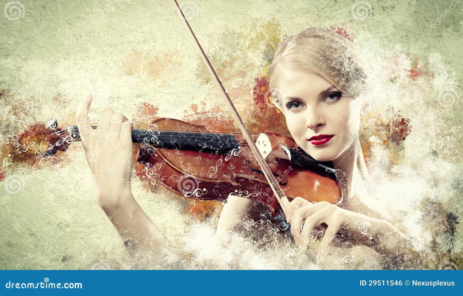 Het schitterende vrouw spelen op viool