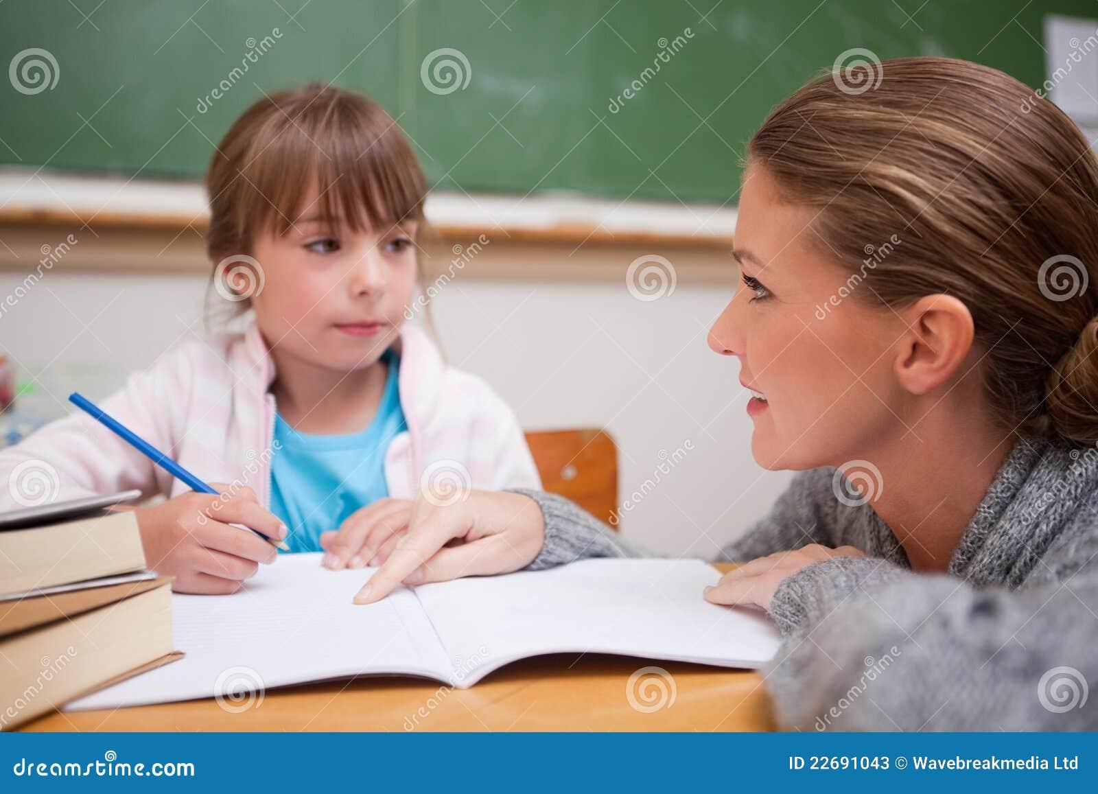 Het schoolmeisje dat een tijdje haar leraar schrijft spreekt