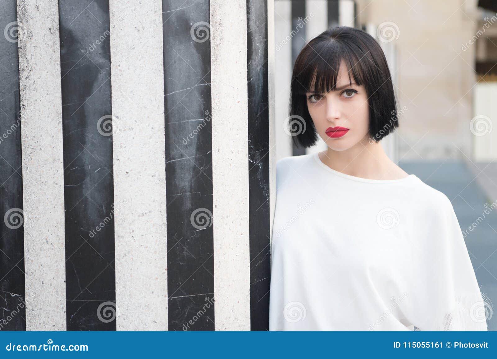 Het schoonheidsmeisje met glamour kijkt Vrouw met rode lippenmake-up in Parijs, Frankrijk Sensuele vrouw met donkerbruin haar Man