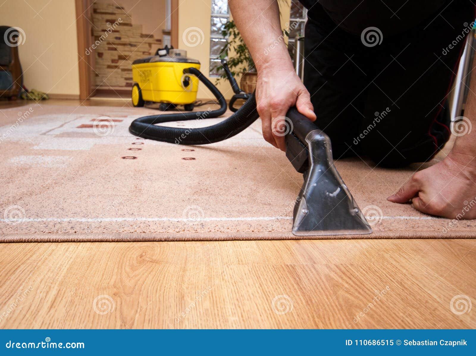 Het schoonmaken het detail van de tapijtdiensten met gele machine