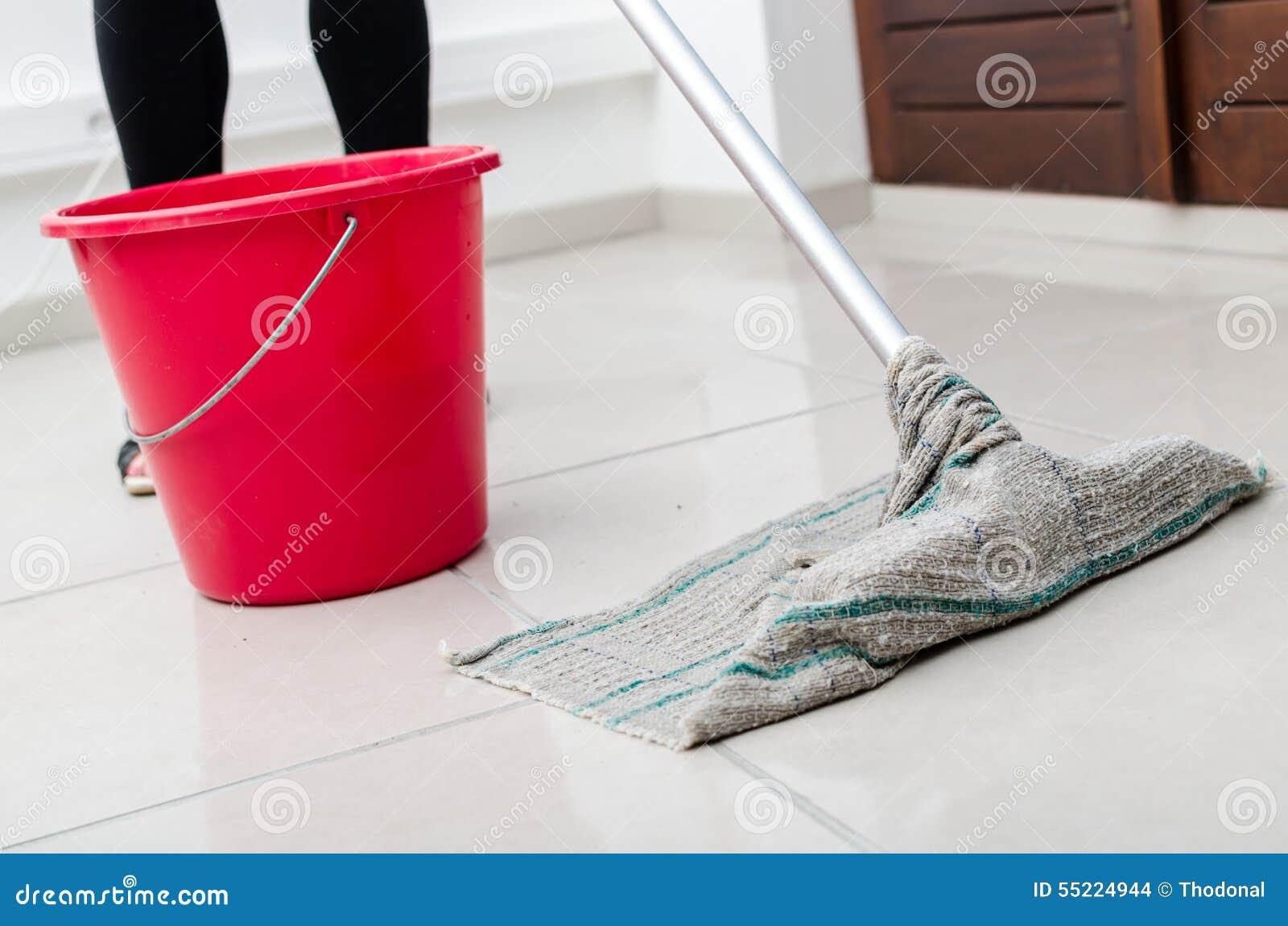 Het schoonmaken van betegelde vloer stock foto afbeelding